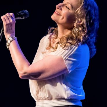 Joan Osborne Charms With the Dylan Songbook