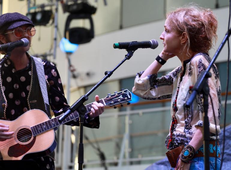 Aaron Lee Tasjan and Patty Griffin in the rain during Petty Tribute Cayamo 2018